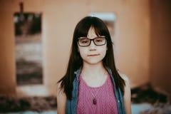 Årig flicka 10 med exponeringsglas Arkivbild