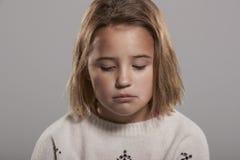Årig flicka som ledsna nio ner ser, head och skuldror Arkivbilder