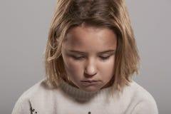 Årig flicka som ledsna nio ner ser, head och skuldror Royaltyfri Fotografi