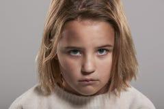 Årig flicka som ledsna nio ser till kameran, head och skuldror Royaltyfri Foto
