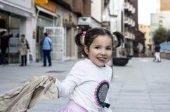 Årig flicka som lyckliga tre spelar med hennes lag i staden Arkivfoto