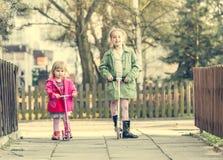 Årig flicka som rider hennes sparkcykel Royaltyfria Bilder