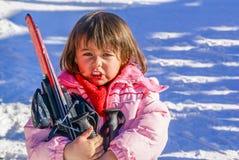Årig flicka som tre för första gången skidar Arkivfoto