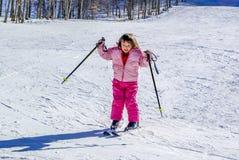 Årig flicka som tre för första gången skidar Fotografering för Bildbyråer