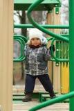 Årig flicka som två övervinner hinderkurs på lekplatsen Royaltyfria Bilder