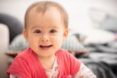 Årig gullig 1 behandla som ett barn flickaskratt in i stora bruna ögon för kamera, och det breda leendet med nytt får tänder, beg royaltyfri bild