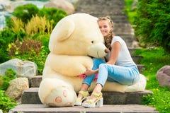 årig härlig kvinna 20 med en stor nallebjörn i parkera på Royaltyfri Fotografi