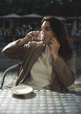 årig kvinna som 40 dricker kaffe Arkivfoto