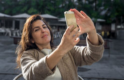 årig kvinna som 40 tar selfie Royaltyfri Bild