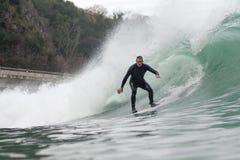 årig man som 68 surfar en stor våg royaltyfri foto