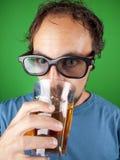 Årig man trettio med exponeringsglas som 3d dricker och håller ögonen på en film Royaltyfri Fotografi