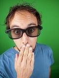 Årig man trettio med exponeringsglas som 3d håller ögonen på en film Arkivbilder