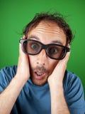 Årig man trettio med exponeringsglas som 3d håller ögonen på en film Royaltyfri Bild