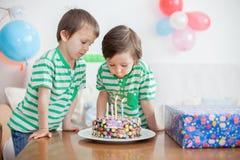 Årig pojke härliga förtjusande fyra i den gröna skjortan som firar Arkivbild