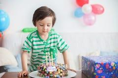 Årig pojke härliga förtjusande fyra i den gröna skjortan som firar Royaltyfri Bild