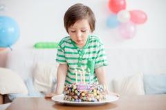 Årig pojke härliga förtjusande fyra i den gröna skjortan som firar Royaltyfri Fotografi