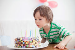 Årig pojke härliga förtjusande fyra i den gröna skjortan som firar Arkivfoton