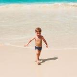 Årig pojke som två spelar på stranden Royaltyfri Foto