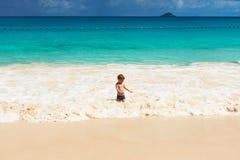 Årig pojke som två spelar på stranden Royaltyfri Bild