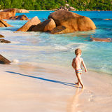 Årig pojke som två spelar på stranden Arkivbilder