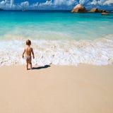 Årig pojke som två spelar på stranden Arkivfoton