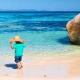Årig pojke som två spelar på stranden Royaltyfri Fotografi