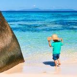 Årig pojke som två spelar på stranden Royaltyfria Bilder