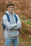 årig tonårs- pojke 18 utanför Arkivfoto