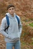 årig tonårs- pojke 18 utanför Arkivbild