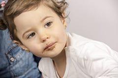 Åriga gulliga två behandla som ett barn äta choklad Arkivbild