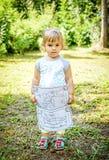 Åriga härliga två behandla som ett barn för teckningsfärgläggning för flickan den hållande boken i henne Royaltyfri Foto