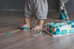 Åriga lekar för ett barn med beståndsdelar av kakan 9234 Arkivfoto