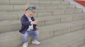 1 åriga pojke med intressepunkter ett finger stock video