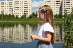 Åriga sju ser in i avståndet vid sjön Arkivbilder