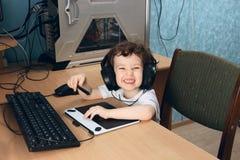 Åriga små 2 3 behandla som ett barn flickan i vita clothersattraktioner på hemdatorn i minnestavla för diagramteckning Barnet rym royaltyfria foton