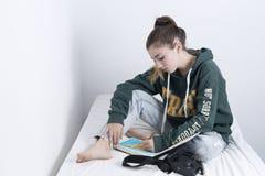 Åriga tonåriga 15 bära en teckning Royaltyfria Bilder