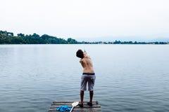 årigt fiske för pojke 12 på sjöpir Royaltyfria Bilder