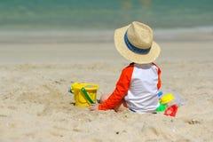 Årigt litet barn som två spelar på stranden Royaltyfri Fotografi