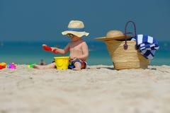 Årigt litet barn som två spelar på stranden Royaltyfri Foto