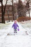 Årigt parkerar spela för liten flicka en med snö utanför i vinter Royaltyfria Bilder
