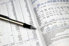 årlig investeringrapport Arkivfoton