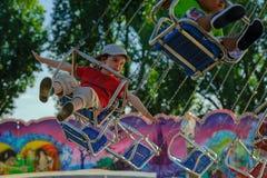 Årlig mässa i Ouchy Lausanne Barn är lyckliga i karusellen Arkivbilder