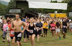 21. årliga Marine Mud Run - löpare Arkivfoton