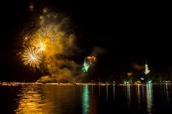 Årliga midnight fyrverkerier på laken avtappade i gult c Royaltyfria Bilder
