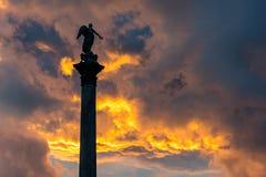 Årsdag Statu för Stuttgart Schlossplatz brännhet solnedgångkontur Arkivbilder