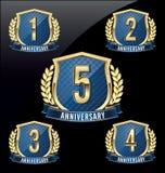 Årsdagemblemguld och blått 1st, 2nd, 3rd, 4th, 5th år vektor illustrationer