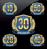 Årsdagemblemguld och blått 10th, 20th, 30th, 40th, 50th år stock illustrationer