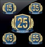 Årsdagemblemguld och blått 15th, 25th, 35th, 45th, 55th år vektor illustrationer