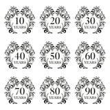 Årsdagsymbolsuppsättning Årsdagsymboler i utsmyckad ram med blom- beståndsdelar 10,20,30,40,50,60,70,80,90 år mall för bil vektor illustrationer