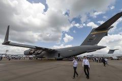 Åskådare besöker skärmen för flygplan för transport för statisk elektricitetU.S.A.F.-C-17 den militära på Singapore flygshow 2016 arkivfoto